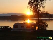 Západ slunce nad kempem